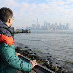 Desde la estatua de la libertad observando Manhattan